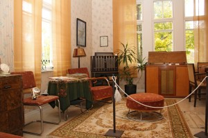 Milieu Museum living room 1930's and Radio Museum below